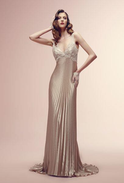 Alessandra Rinaudo 2014, modello Rowan: allure glamourous e vintage, per l'abito a sottoveste rosa cipria in pizzo e seta plissé. Foto via alessandrarinaudo.it
