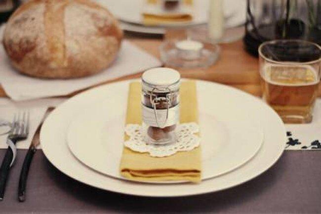 Servicio de mesa de boda vintage. Foto Utah Weddings by Ausia