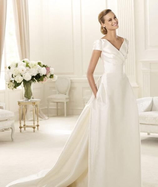 Vestido de novia Pronovias colección Manuel Mota con diseño clásico, mangas cortas y escote en V