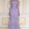 Vestido de fiesta largo en color violeta con detalle de pedrería en el corpinó y falda vaporosa hecha de tul