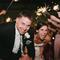 Fotografías de los novios con los invitados y estelas de luz