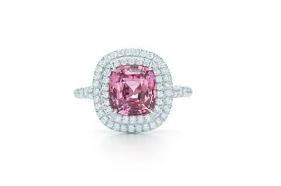 Hermosos anillos de compromiso Tiffany con diamantes color rosa
