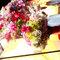 Centros de mesa compuestos de flores y velas.