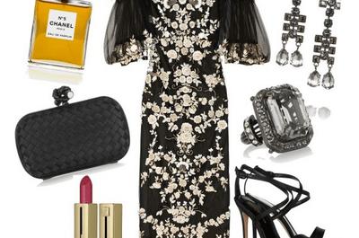 Cómo combinar un vestido negro con tul y aplicaciones doradas