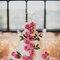 Preciosa tarta de bodas con rosas de color rosa. Foto: Robb Davidson