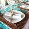 23. Detalles en color azul turquesa para complementar la decoración del banquete