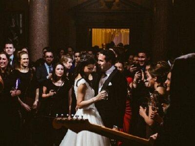 De top 10 beste liedjes voor jouw bruiloft met aanbevolen live bands, artiesten en tips!