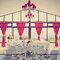 Cortinas de color rosa fluo para decorar el banquete de boda. Foto: Juan A Olmos