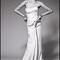 Vestido de novia con silueta columna, escote palabra de honor y toque satinado para Pre Fall 2014 - Foto Zac Posen