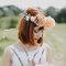 Oblubienica w rozpuszczonych. prostych włosach z grzywką z florystyczna ozdobą.