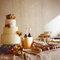 Tarta de bodas con flores amarillas y rosas. Foto: One Love Photo