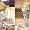 Arreglos de mesa para bodas de día largos con flores blancas y amarillas y floreros delgados y elegantes