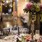 Mesa de banquete decorada con gran centro floral.