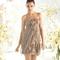 Vestido corto en color tierra con volúmenes al frente para damas de boda