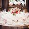 Decoración de mesa de boda redonda con mantel blanco