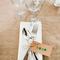 Decoración en color blanco para boda - Foto Feather and Stone
