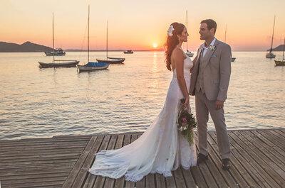 Casamento na praia de Gabi e Duda: cerimônia judaica e decor rústica chic à beira-mar