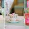Arreglos de mesa para boda con inspiración vintage y flores en colores verdes y hojas verdes para contrastar