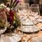 Centro floral y detalles de cena de banquete.