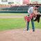 Fotografía casual en pareja con tema de beisbol