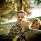 Sesión de fotos pre-boda con perro en un jardín
