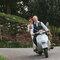 Novios recién casados viajando en moto.