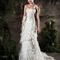 Vestido de novia largo en color blanco con escote asimétrico y cola mediana