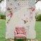 Fondo de papeles pintados y un sillón de estilo vintage.