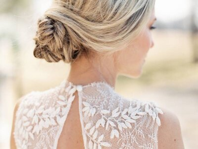 The Best Bridal Hairstyles for a Wedding on the Beach