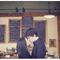 Sesión de fotos pre boda para amantes del café - Foto The Apartment Wedding Photography