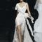 Vestido de novia 2013 con manga holgada y tirante discreto, abertura al frente en la falda y detalle de lazo en la cintura