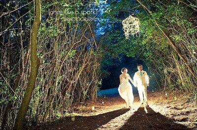 Costumes clairs pour mariés