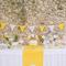 Decoración de boda con banderines sobre la mesa de dulces