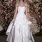 Vestido de noiva com corte princesa com decote coração.