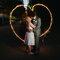Fotografías de boda con estelas de luz en forma de corazón