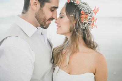 Casamento na praia de Tatiane & Bruno: emoção à flor da pele com os pés na areia!