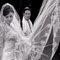 Der Brautschleier im Mittelpunkt des Hochzeitsfotos