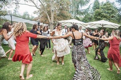 Come sopravvivere ad un matrimonio estivo all'aria aperta: ecco il kit per l'invitata perfetta