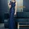 Vestido 7T302_0019 azul marino con cuello redondo y aplicaciones brillantes.