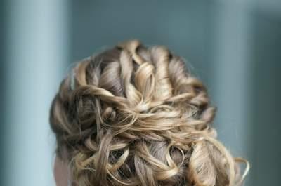 Ideias de penteado para noivas com cabelo ondulado ou cacheado