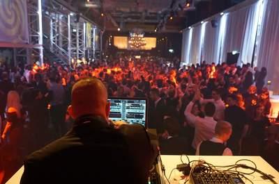 Expertise in allen Bereichen: Mit erfahrenen DJs und Musikern wird die Hochzeit ein voller Erfolg