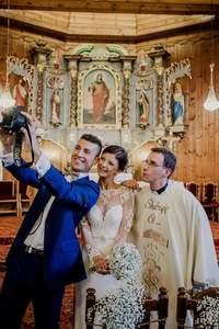 Selfie z księdzem, piękny taniec i zjawiskowa suknia. Zapraszamy na reportaż ślubny!