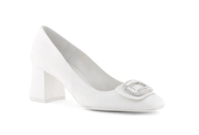 Zapatos de novia en color blanco y tacón bajo - Foto Rosa Clará