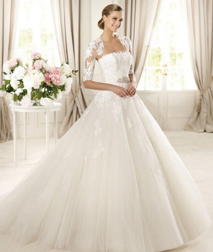 Vestido de novia con mangas de encaje en los hombros - Foto Pronovias 2013