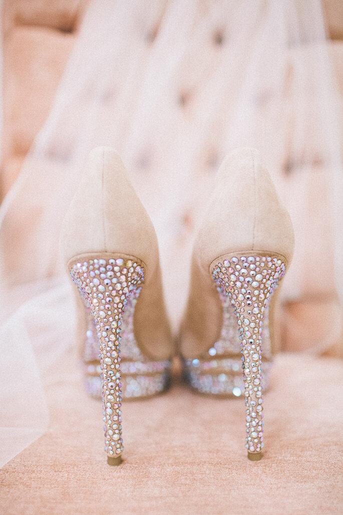 Zapatos de novia con cientos de brillos y aplicaciones - Foto Rebecca Arthurs Photography