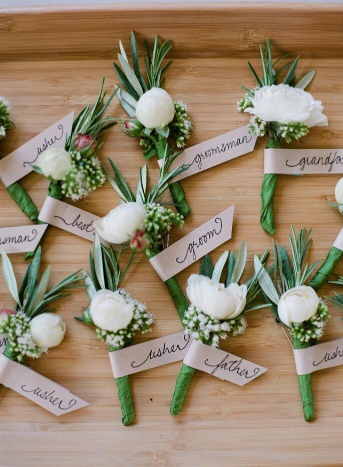 Puedes pensar en un diseño que se acople a la personalidad de tu chico y los padrinos de boda - Foto Jen Fariello