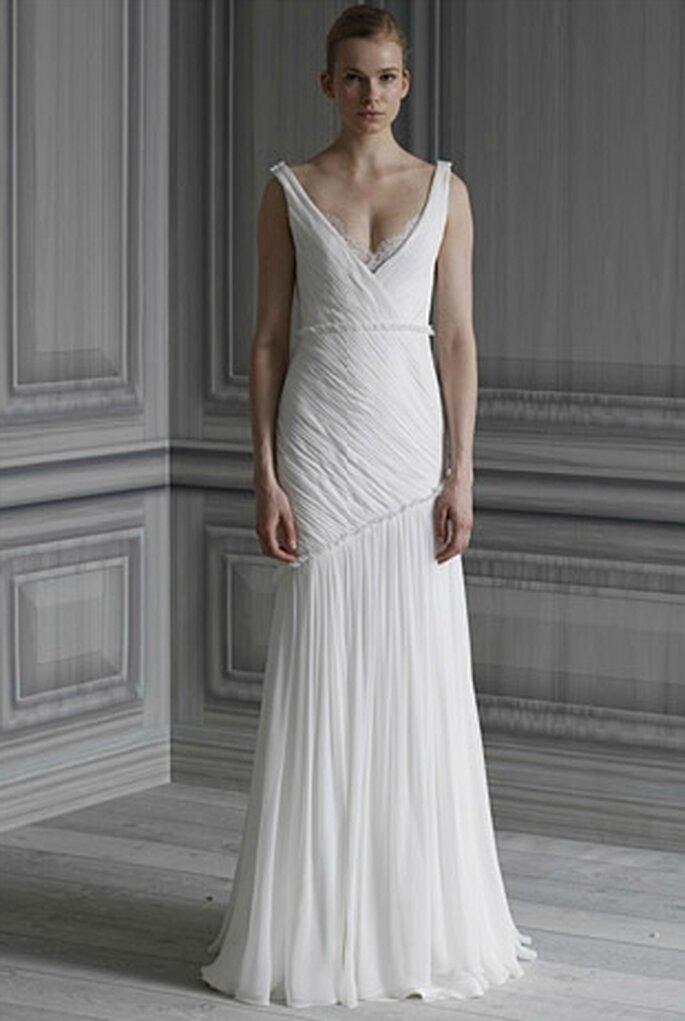 Vestido de novia de seda blanca y chiffon, con encaje en el escote en V
