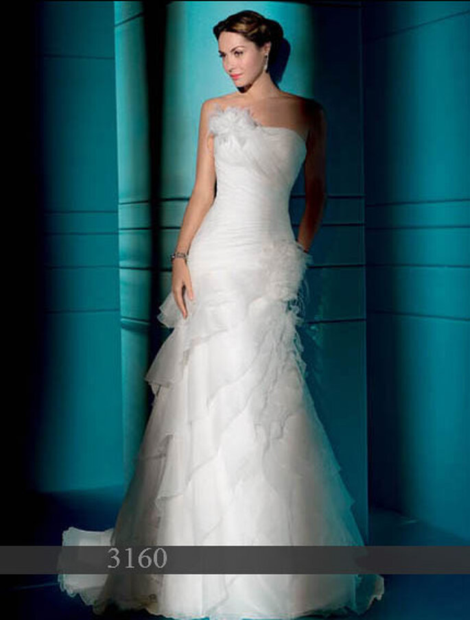 Robe de mariée Demetrios 2011 : Organza - Lacets dans le dos - Fleur sur le bustier