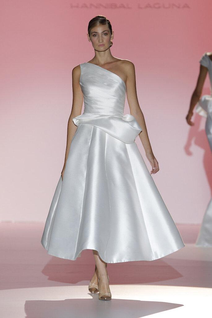 Vestidos de novia con escotes asimétricos, una tendencia must en 2015 - Foto Hannibal Laguna