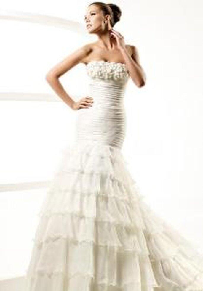 La Sposa 2010 - Lagar. Vestido corte de princesa, decote a direito, corpo drapeado e saia com folhos.